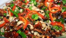 Piyaz van börülce met gedroogde tomaatjes en rode paprika